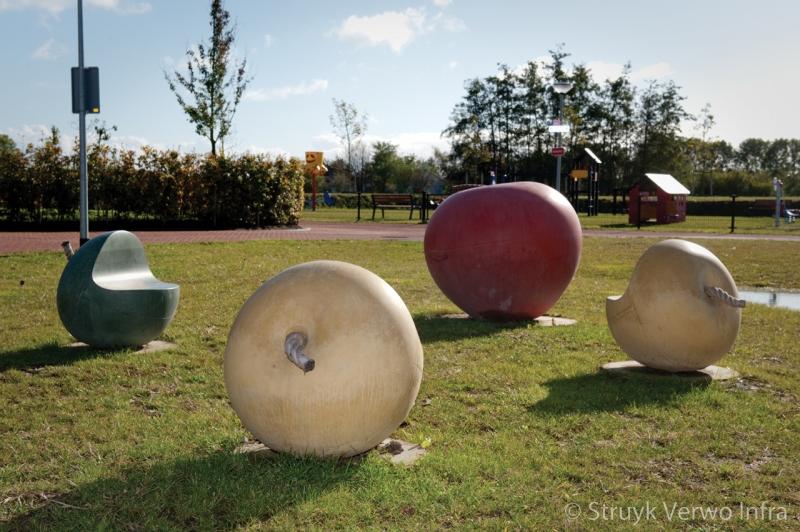 Speelterrein lage korn met betonnen appels betonnen speelelement