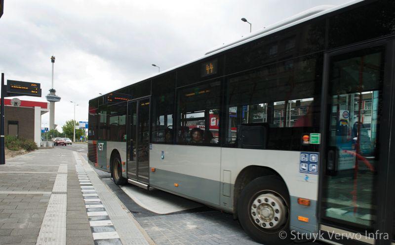 Bushub uitzwenken bus over perron zonder schade