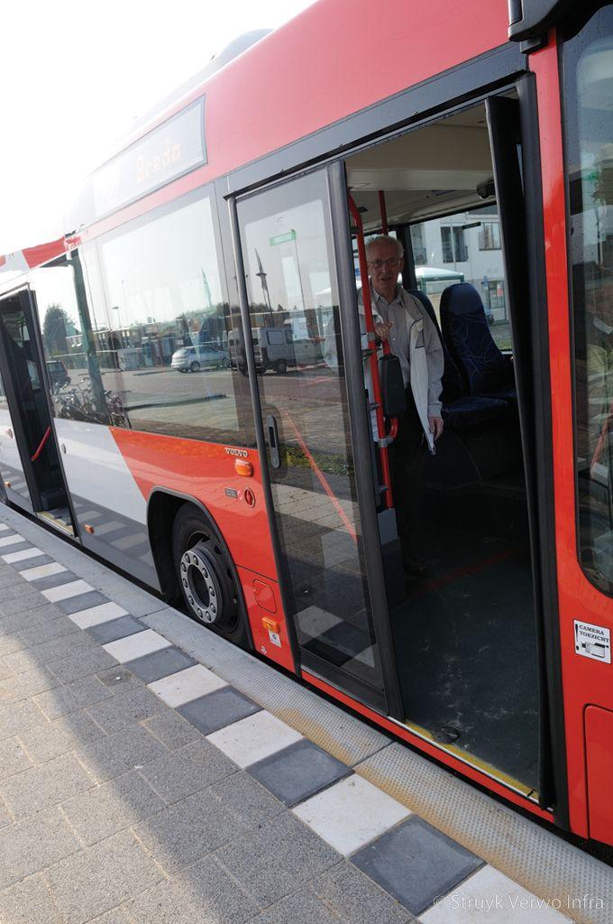 Makkelijk instappen bij een bushalte bushalteband