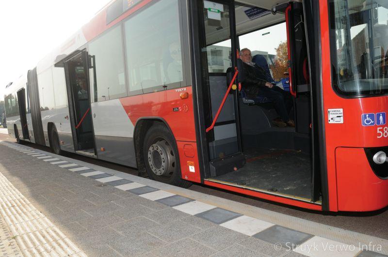 Inrichting bushalte geleidelijntegel bij bushalte zwart wit patroon bij bushalte