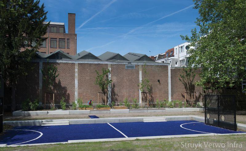 Voetbalpleintje met betonnen banken inrichting trapveld