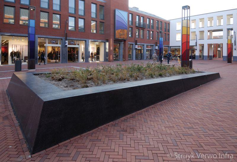 Zitranden parkbanden van beton winkelplein