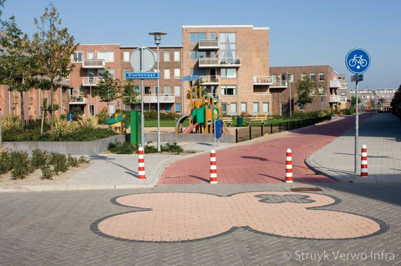 Figuur in straatwerk breccia ambrogio kruising fietsroute in woonwijk