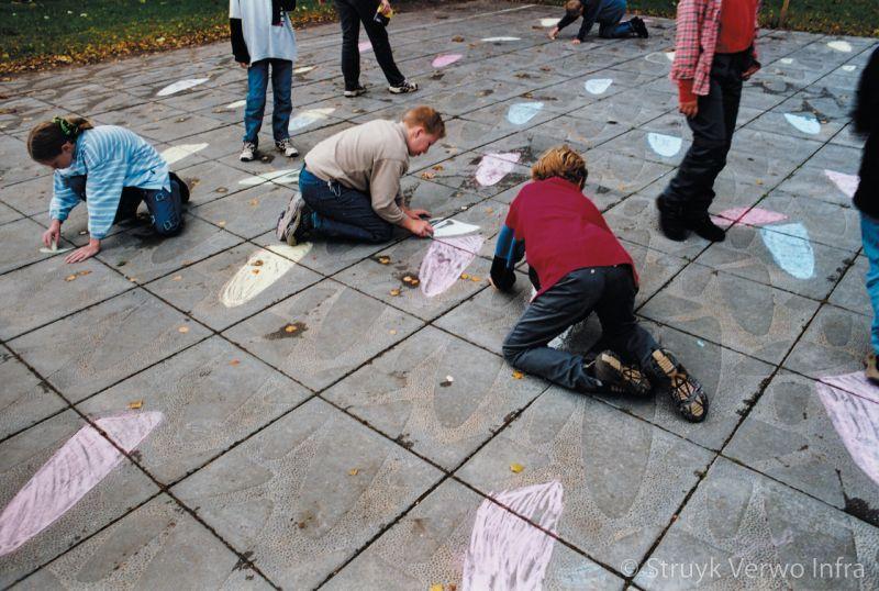 Floating pebbles 60x60 spelende kinderen op een schoolplein met krijt betontegels schoolpleinen