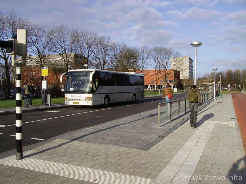 Witte geleidelijntegels op halteplaats