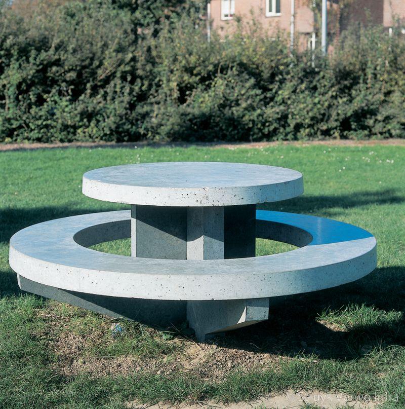 Betonnen ronde zitrand op speelveld betonnen picknickset parkmeubilair beton