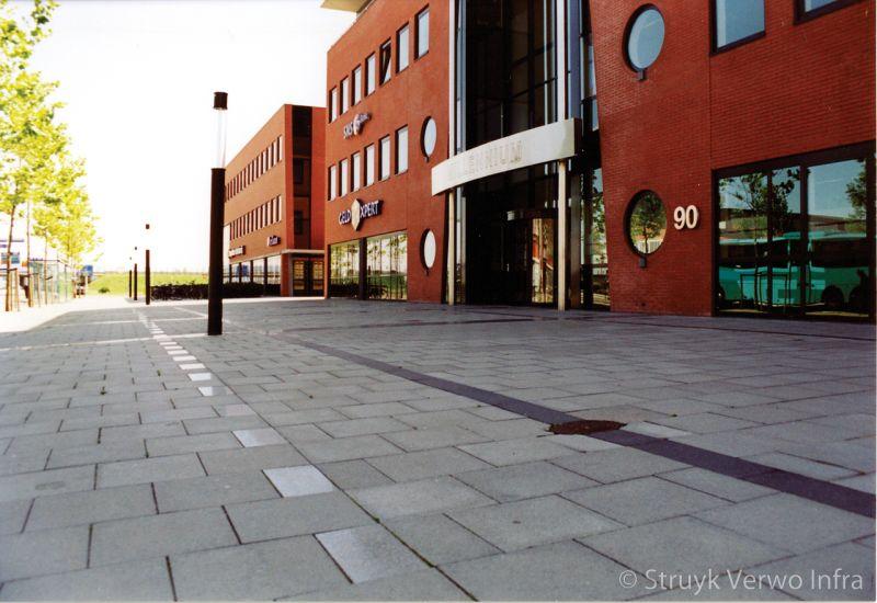 Gepolijste betonstraatsteen als markering op promenade strooisteen kleurvaste betonstraatsteen