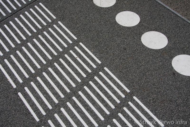 Busperronplaat met aangebrachte markeringen busstationsplein