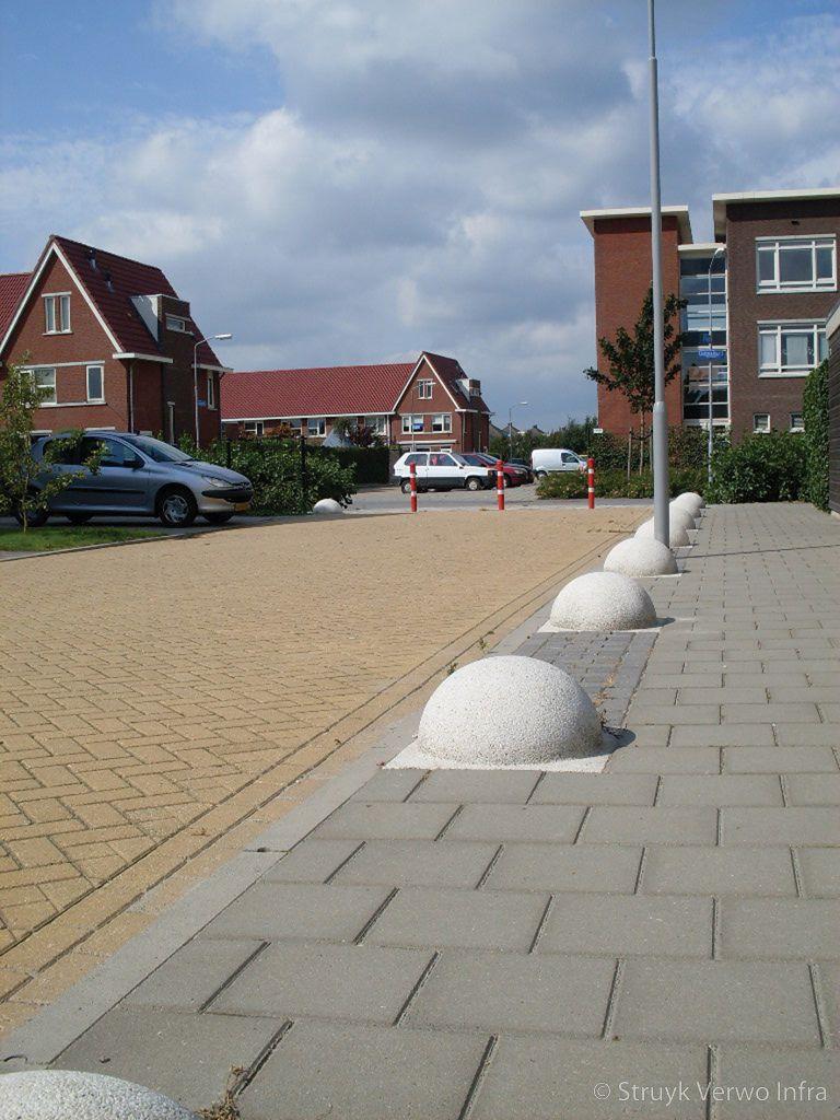 Halve betonnen bol toegepast als parkeermaatregel