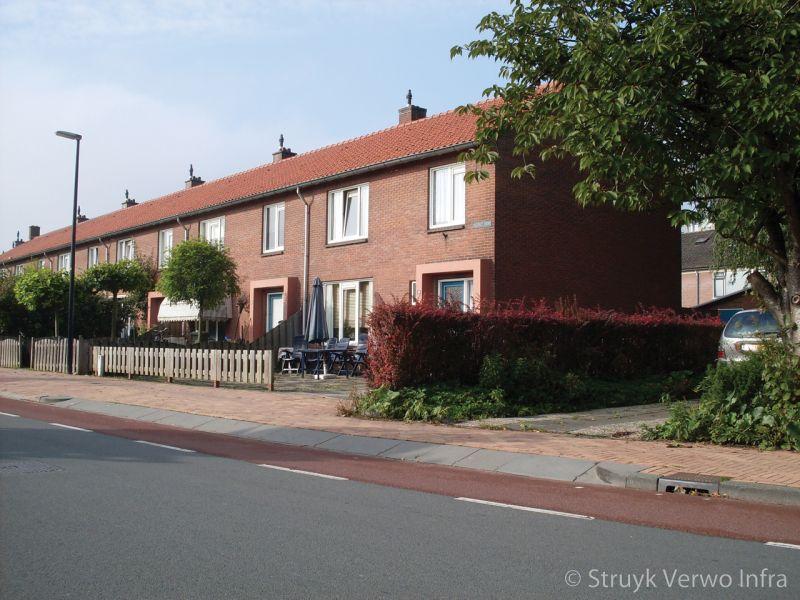 Oprit met inritbanden in woonwijk