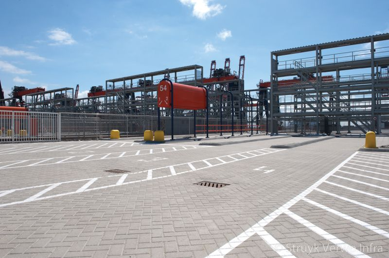 Geleiding met betonnen elementen op terminal