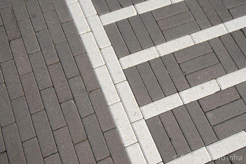 Verkeersmarkeringen in straatwerk