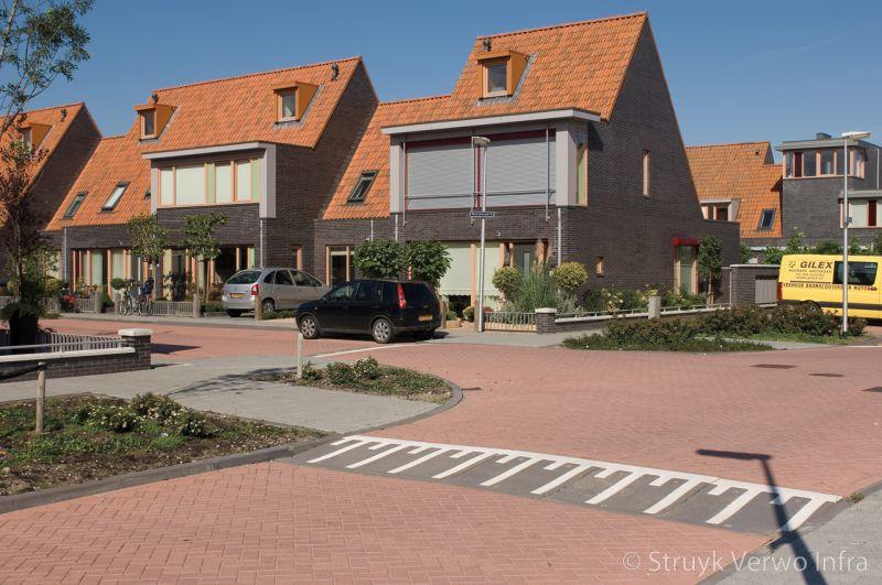 Verhoogd kruispunt met prefab verkeersplateaudrempels in woonwijk