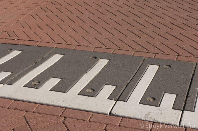 Prefab verkeersplateaudrempels met witte svt markering