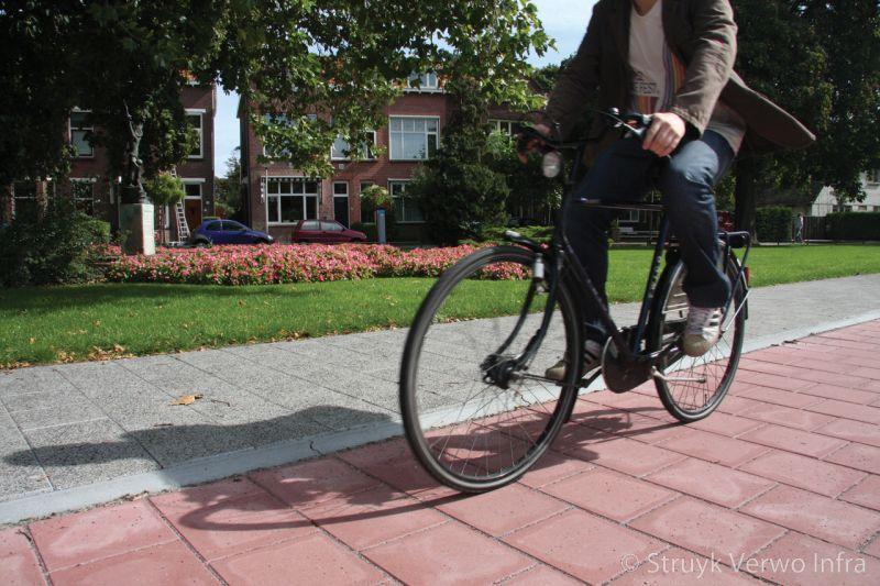 Rijwielpadband tussen fietspad en trottoir