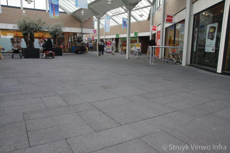 Grootformaat stenen in wildverband in winkelcentrum kleurvaste betonklinkers