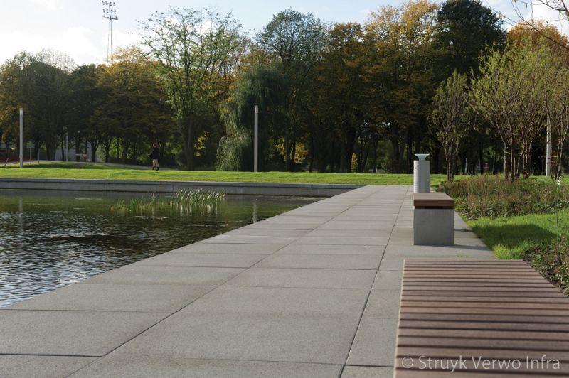 Betonnen parkbanken met houten zitting grootformaat stenen betonstraatsteen