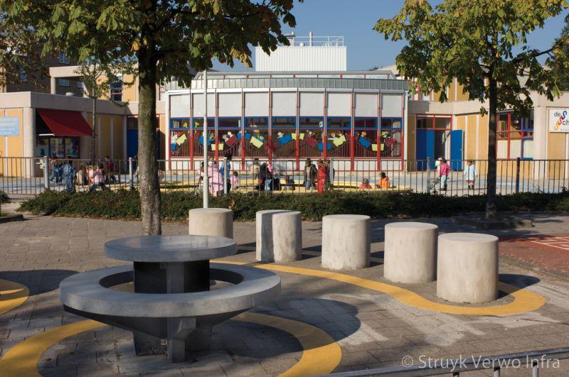 Inrichting schoolplein met betonnen zitelementen betonnen picknickset