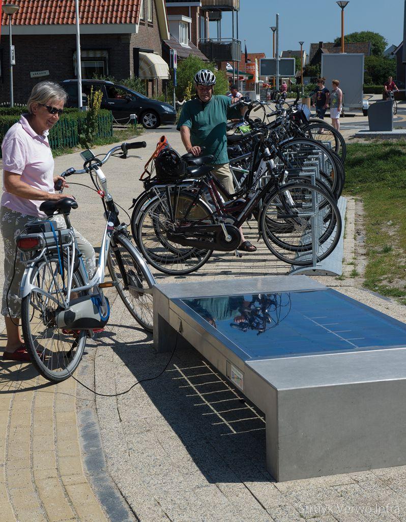 Bank met geintegreerde zonnemodule voor opladen elektrische fiets