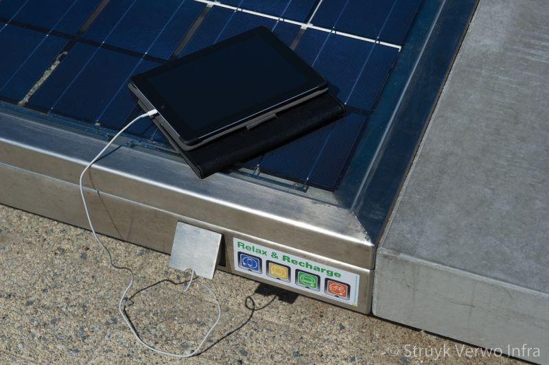 Seat solar bank met zonnepaneel
