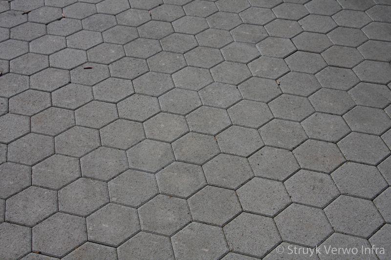 Onderhoudsvrije uitritconstructie met zeskanttegels