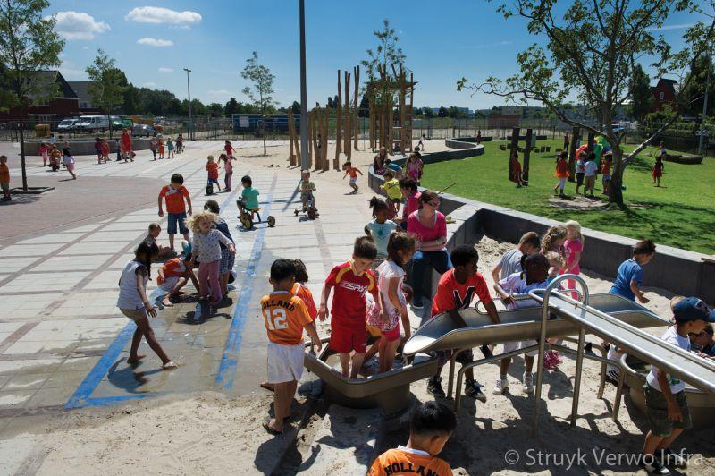 Spelen op schoolplein watertegels 30x30