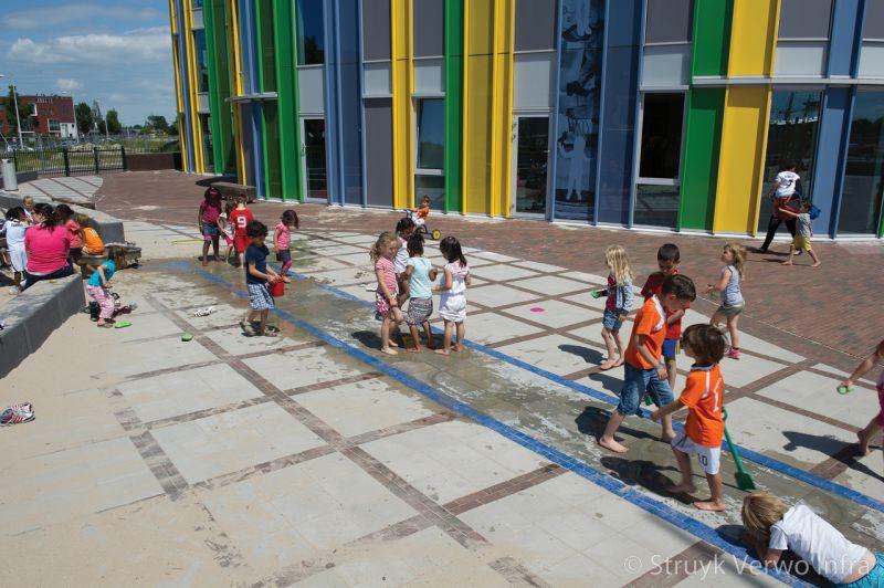 Spelen met water op schoolplein herinrichting schoolplein