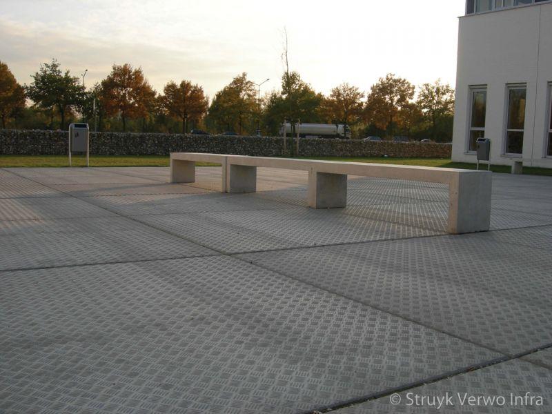 Traanplaat op schoolplein betonplaten