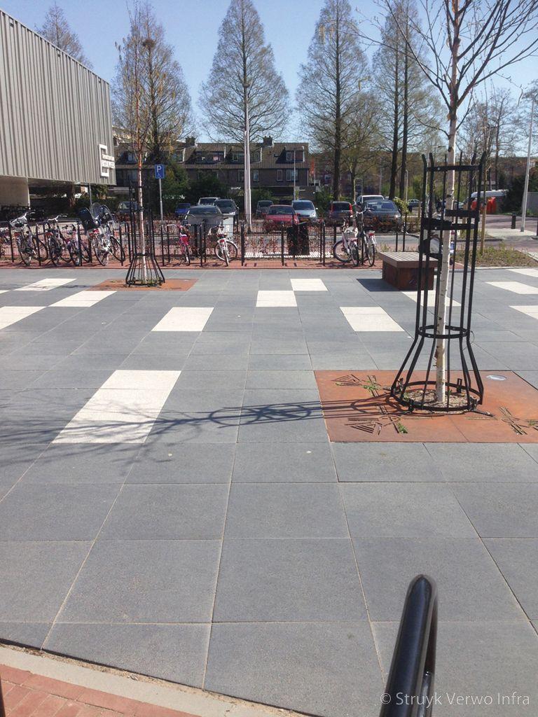 Grootformaat betonstraatstenen gezoet zwembad blokweer alblasserdam