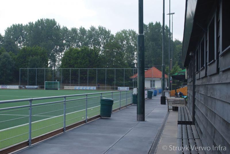 Vloerplaat langs sportveld van hockeyclub klein zwitserland