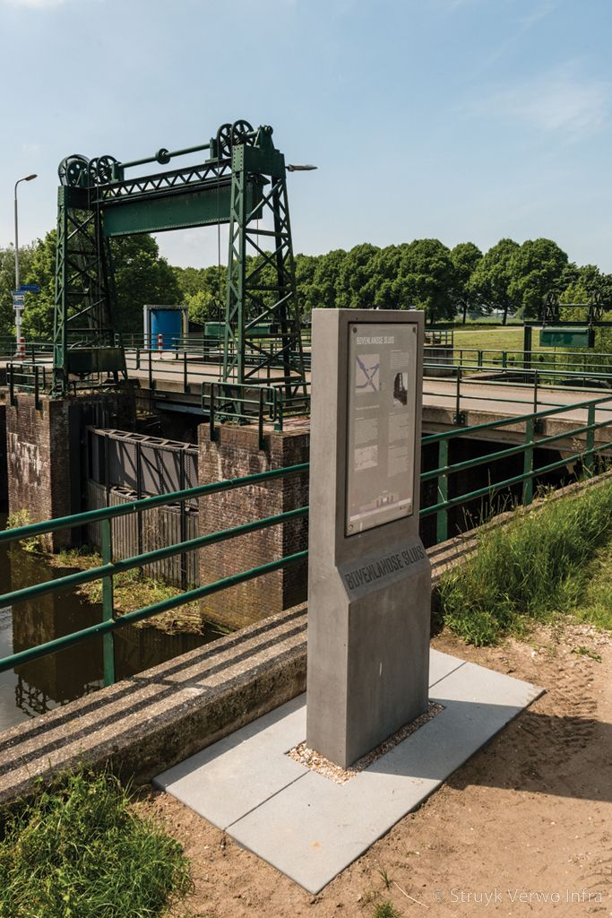 Betonnen zuil bij gemaal betonnen zuil met tekst stoomgemaal maatwerk beton