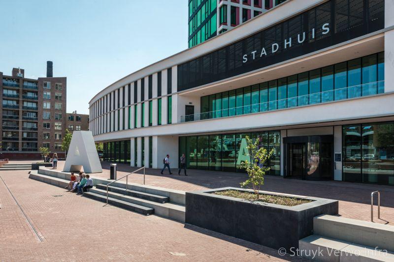 Zitranden van beton voor stadhuis parkbanden beton