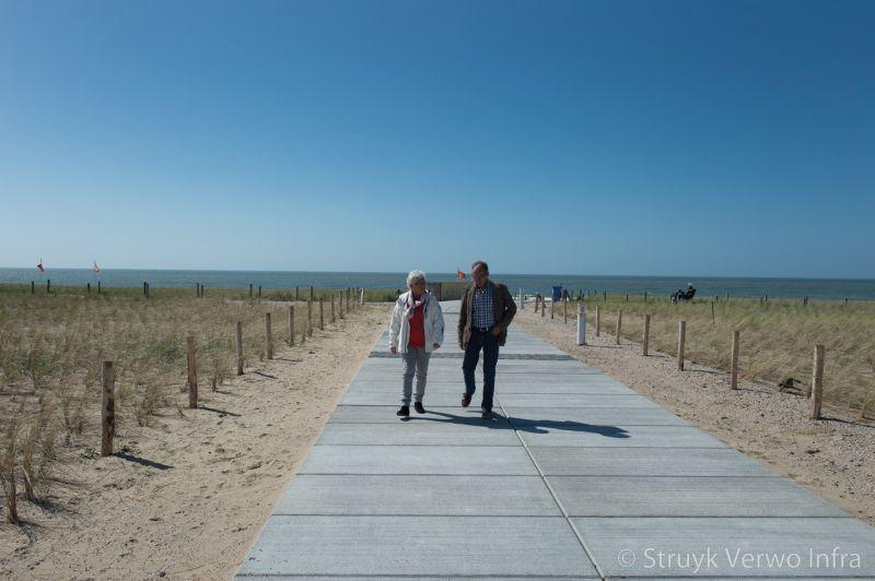 Vloerplaten als wandelpad naar het strand vloerplaten gebezemd