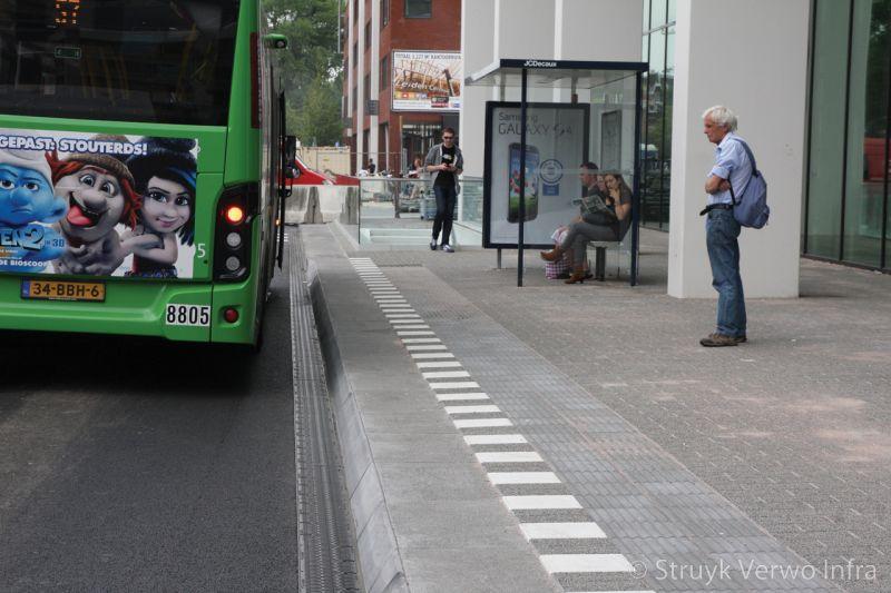 Brede band toegepast bij bushalte