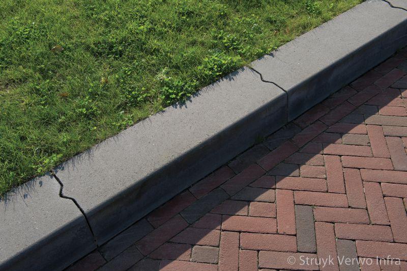 Betonnen trottoirband breed tussen groenstrook en bestrating