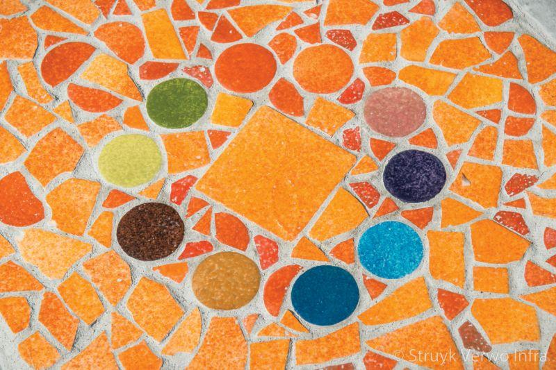 Mozaiek op een bank van beton