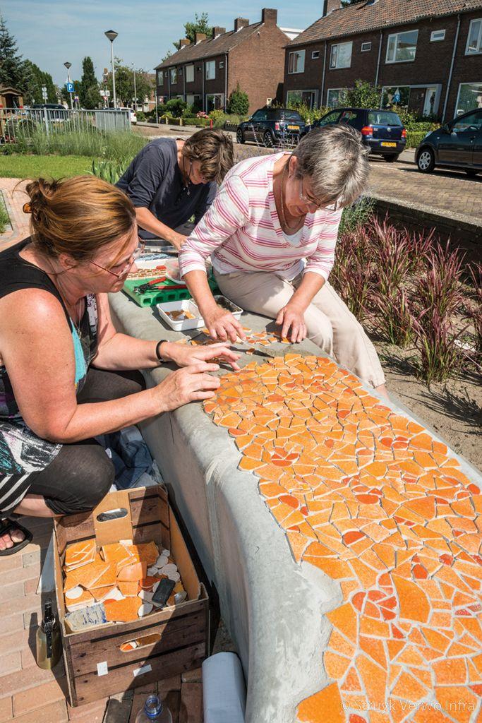 Mozaiek maken op een betonnen bank