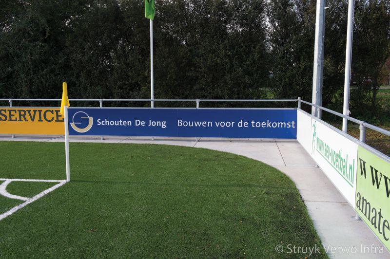 Verharding rondom sportvelden met reclameborden