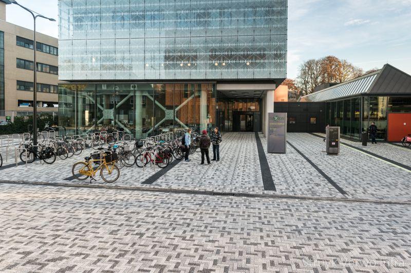 Bestrating saxion school enschede kleurvaste betonstraatstenen
