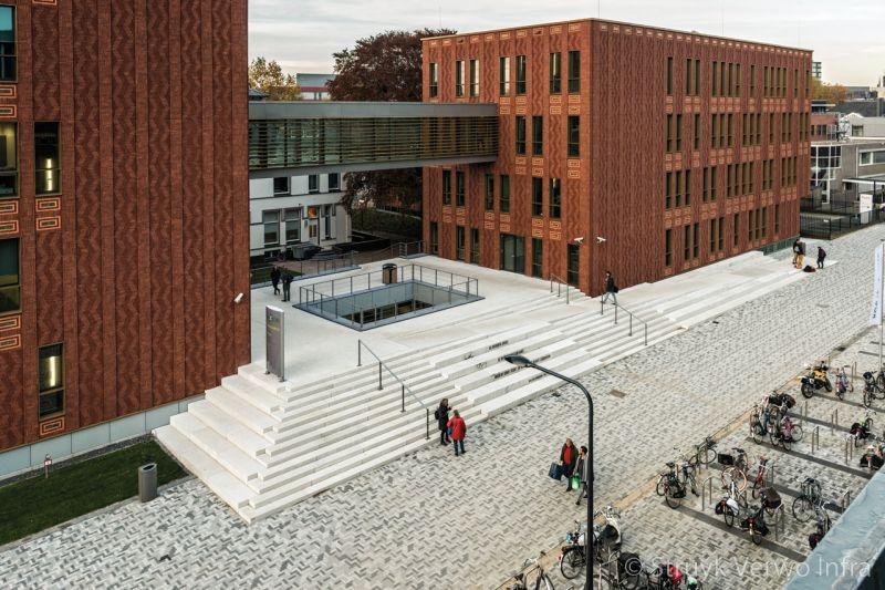 Traptreden van beton voor ingang scholencomplex herinrichting schoolplein