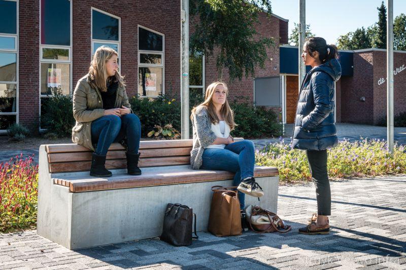 Zitelement op schoolplein parkbank beton zitbanken beton buitenmeubilair