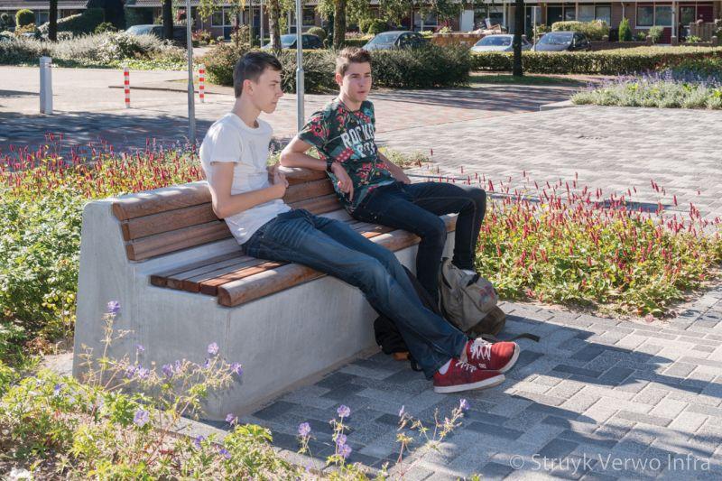 Seat zitelement op schoolplein roc te ede parkbank met houten zitting