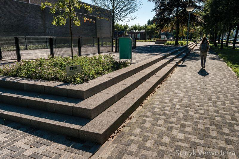 Traptreden rondom groenperk bloktrede beton