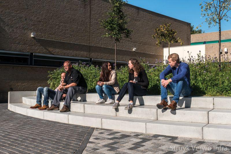 Traptreden om op te zitten inrichting schoolplein roc