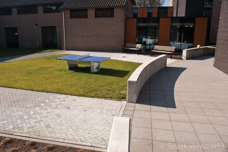 Uitgewassen tegels 50x50 binnenplaats zorgcentrum zandley