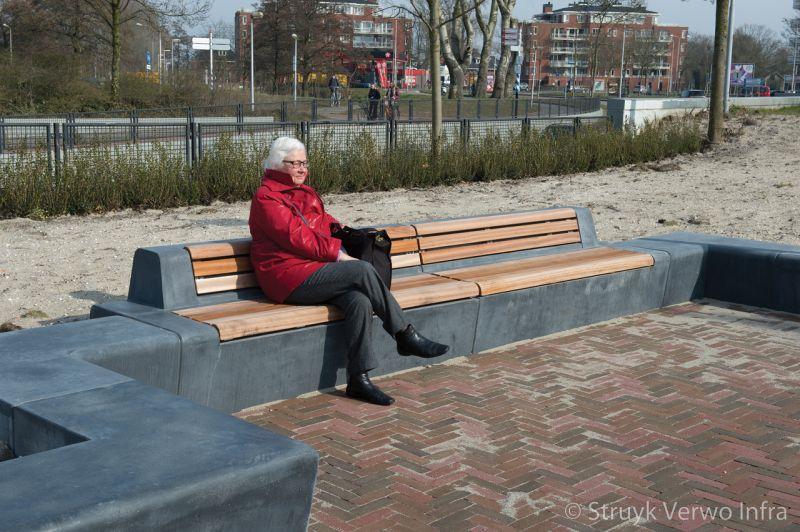 Zitelementen beton met houten zitting herinrichting p r parkeerterrein ns station voorschoten