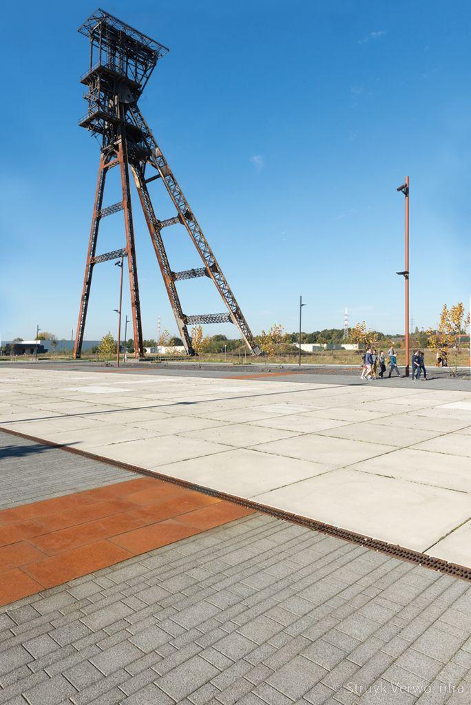 Esthetische vloerplaat in industriele omgeving transformatie fabrieksterrein
