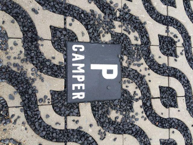 Parkeerplaats voor campers p tegel camper