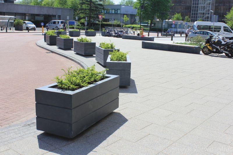 Betonnen bloembak avenue voor ingang antoni van leeuwenhoekziekenhuis plantenbak beton
