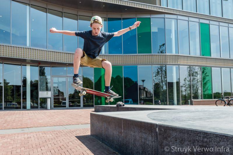 Skateboarden op een betonnen muzieknoot lawei te drachten